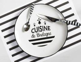 Assiettes bretonnes et couverts